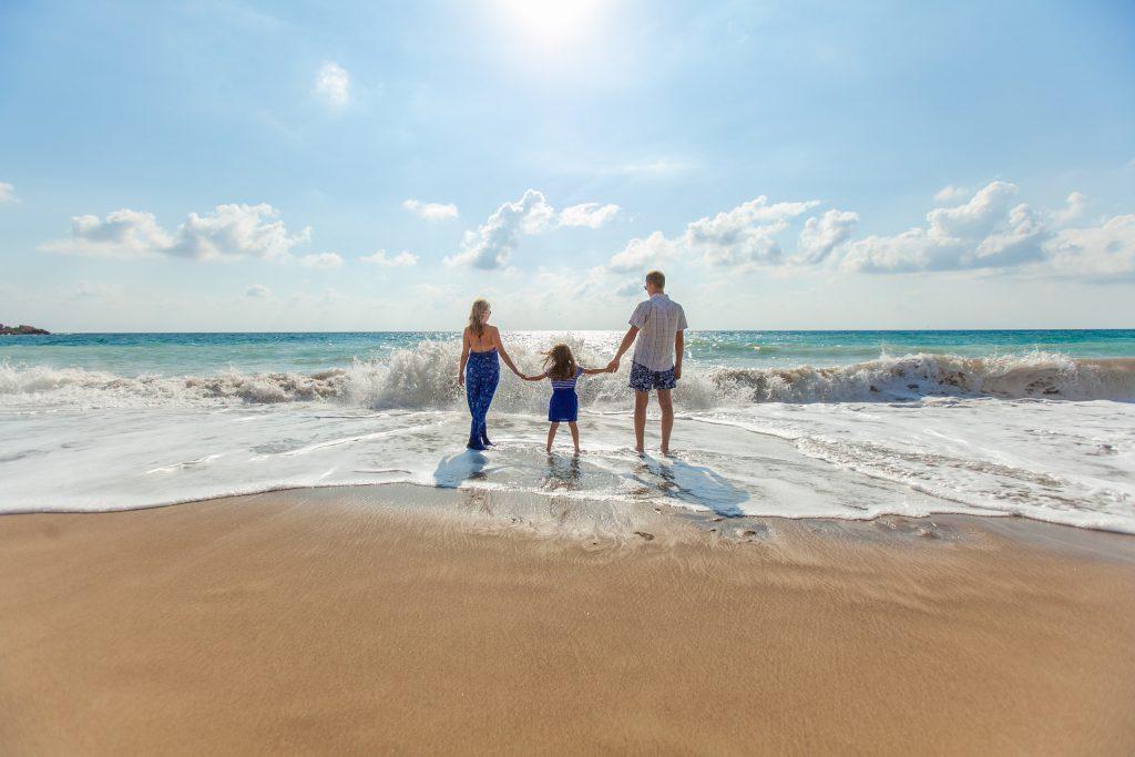 Famille face à l'océan - plénitude et sérénité